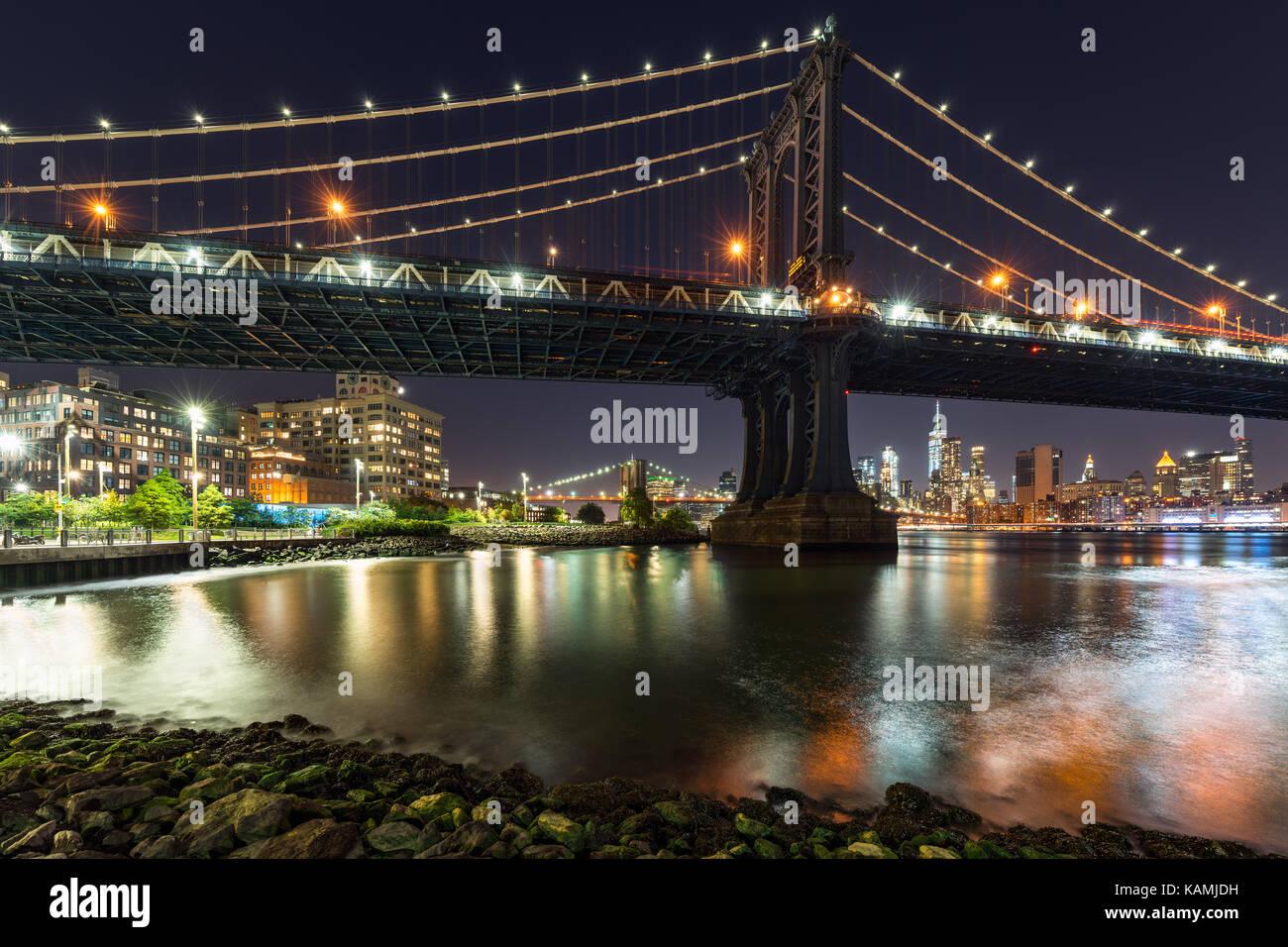 Parque de calle principal y el Puente de Manhattan en la noche. Dumbo, Brooklyn, Nueva York Imagen De Stock