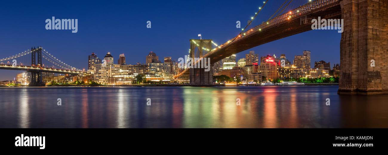 Noche vista panorámica de Brooklyn Riverfront entre el puente de Manhattan y el Puente de Brooklyn. Dumbo, Imagen De Stock