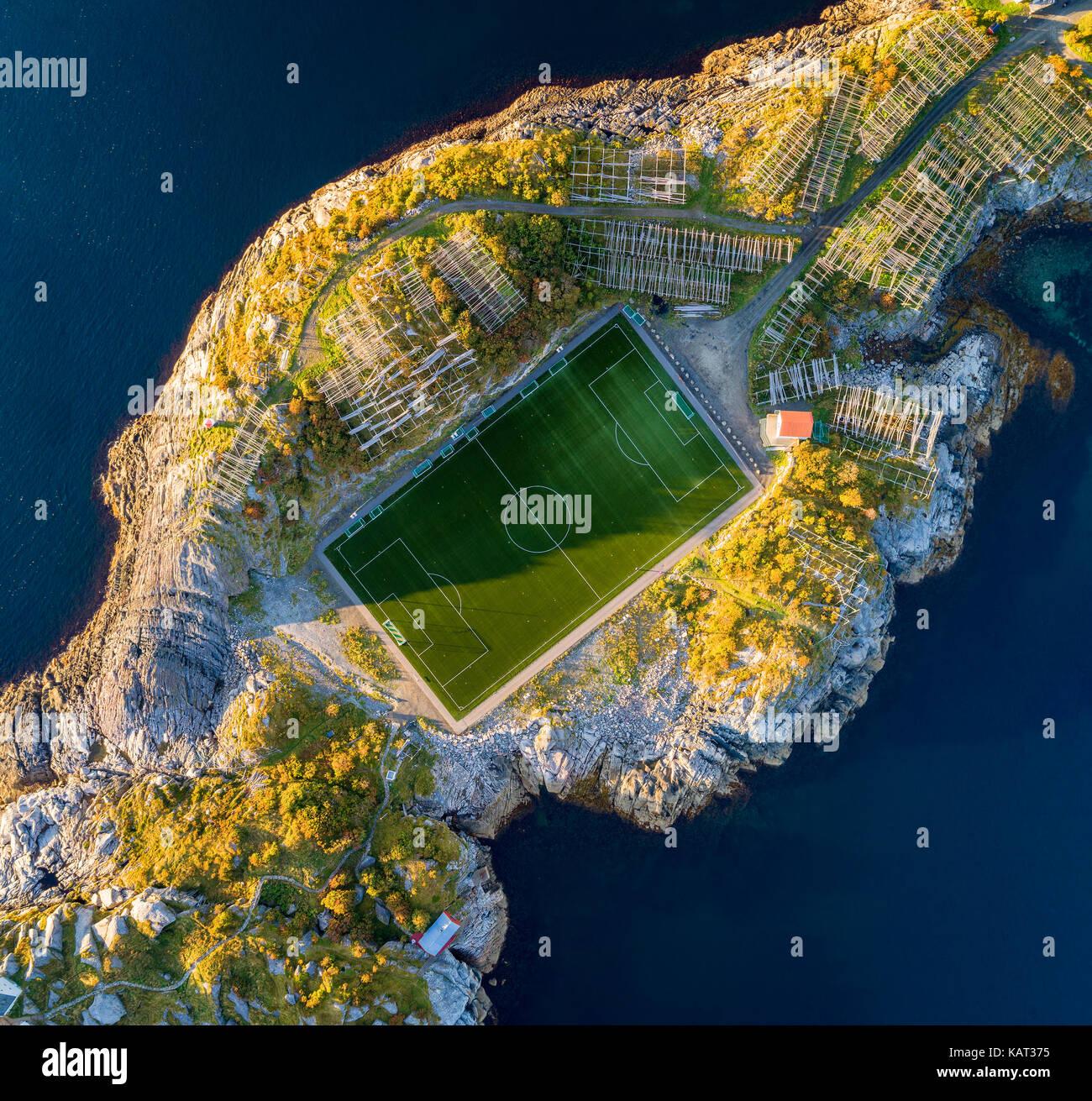 Campo de fútbol en Henningsvaer desde arriba. Henningsvaer es un pueblo de pescadores situado en varias pequeñas Imagen De Stock