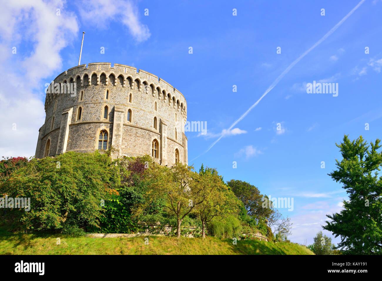 Torre Redonda y foso jardín en el Castillo de Windsor, la residencia de fin de semana real Queens ,Windsor, Imagen De Stock