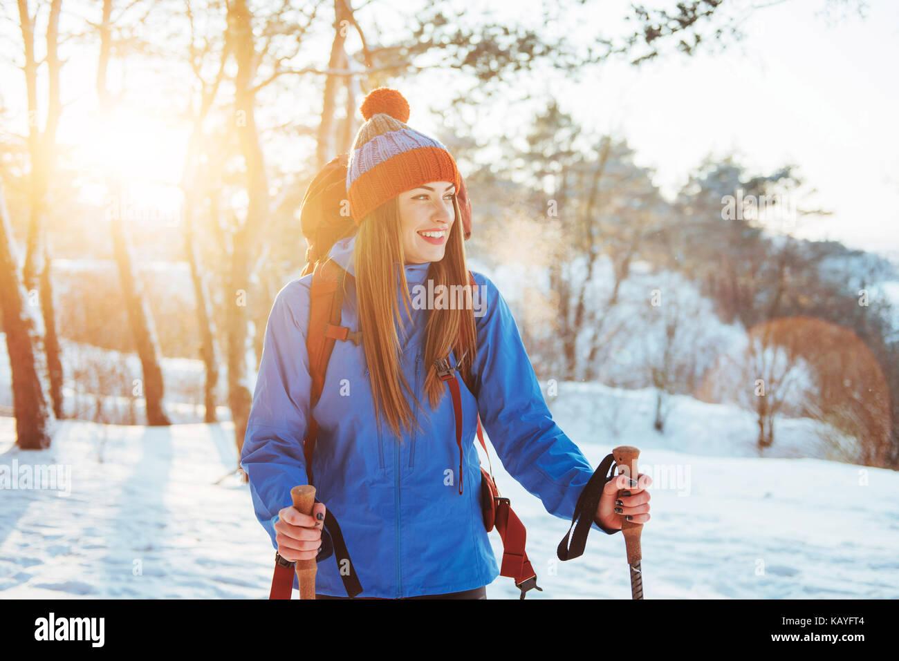 Mujer viajero con mochila de senderismo viajes concepto de aventura en el estilo de vida de vacaciones activas al Imagen De Stock