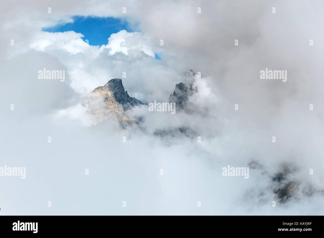 Una espesa niebla en el paso de montaña goulet. Georgia svaneti, montañas del Cáucaso. Imagen De Stock
