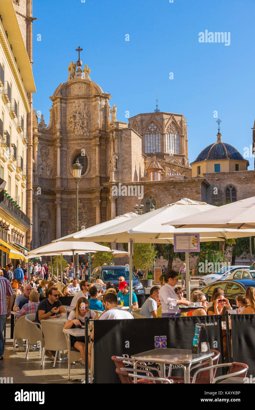 Plaza De La Reina En Valencia La Gente Se Sienta En Una
