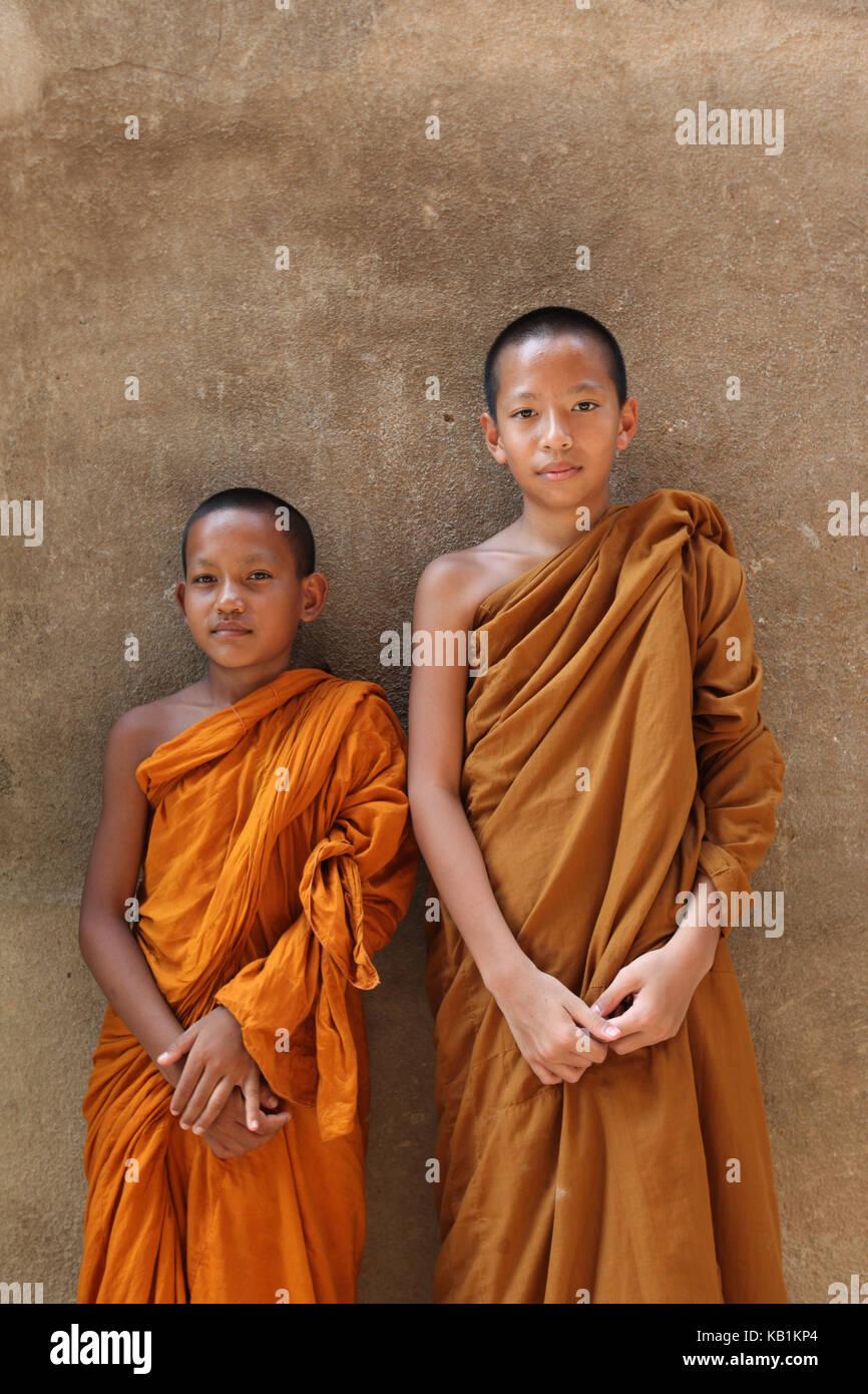 En Asia, el sudeste de Asia, Tailandia, el Parque Histórico de Sukhothai,, templo Wat saphan hin, monjes, Imagen De Stock