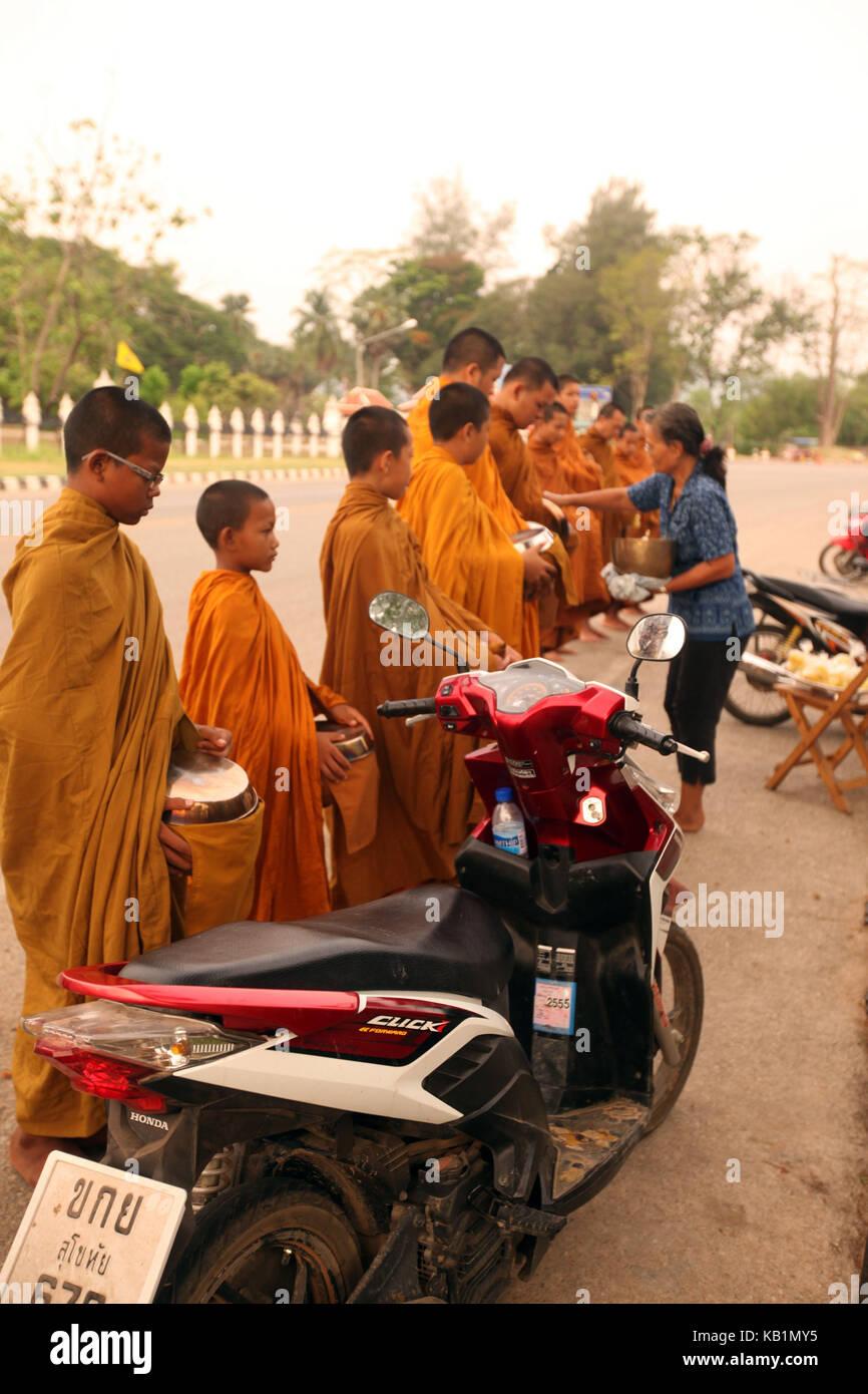 En Asia, el sudeste de Asia, Tailandia, el Parque Histórico de Sukhothai, persona, monjes, vida cotidiana, Imagen De Stock
