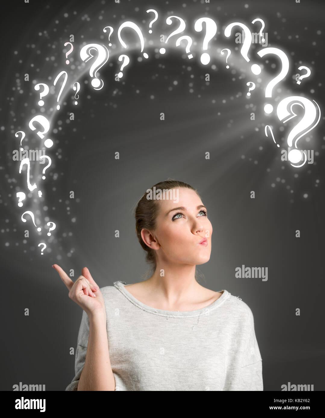 Mujer pensante brillante símbolo preguntas Imagen De Stock