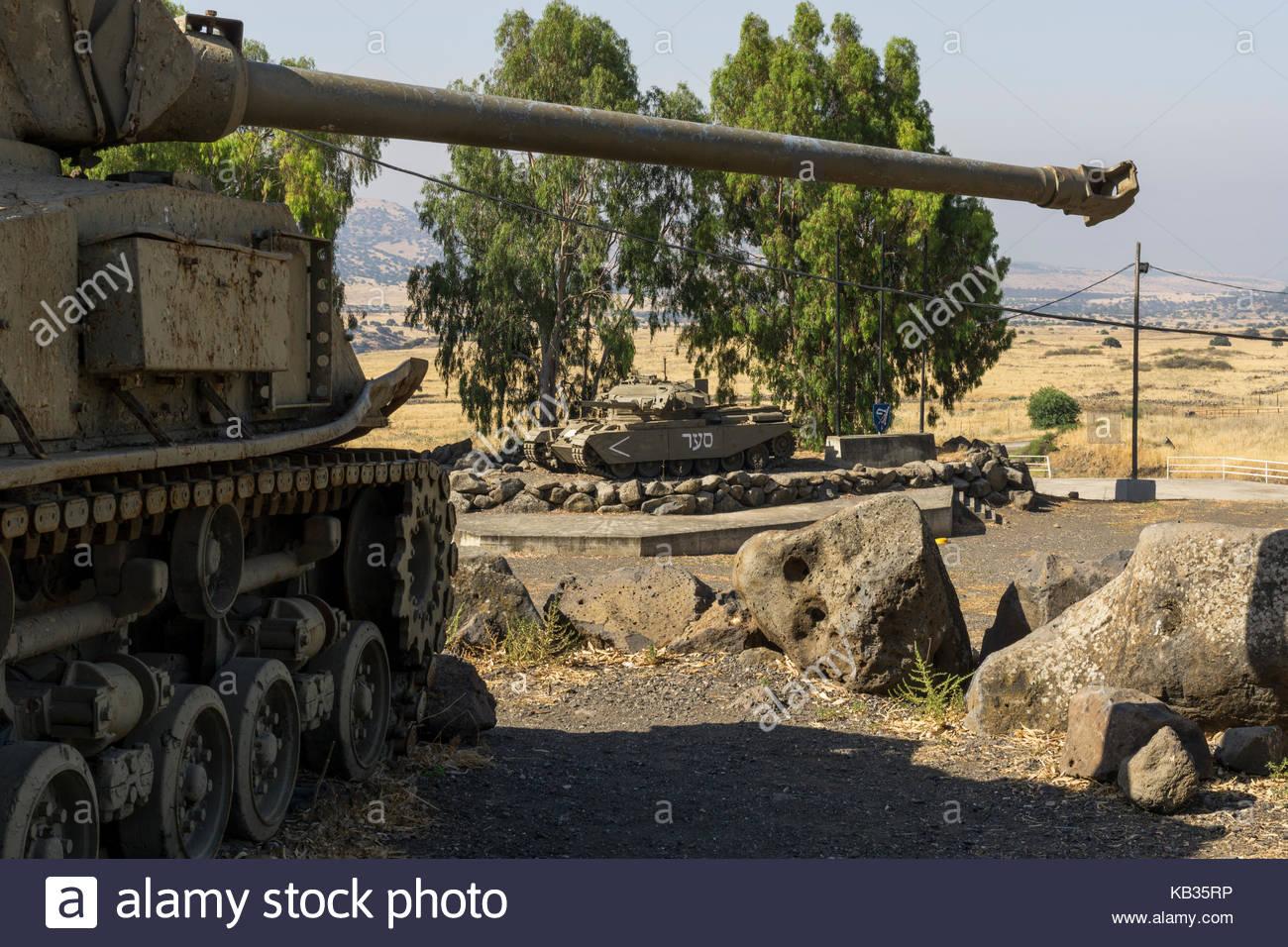 Un tanque Centurion vistos bajo el cañón del arma de un tanque Sherman M-51 607bcf2c152