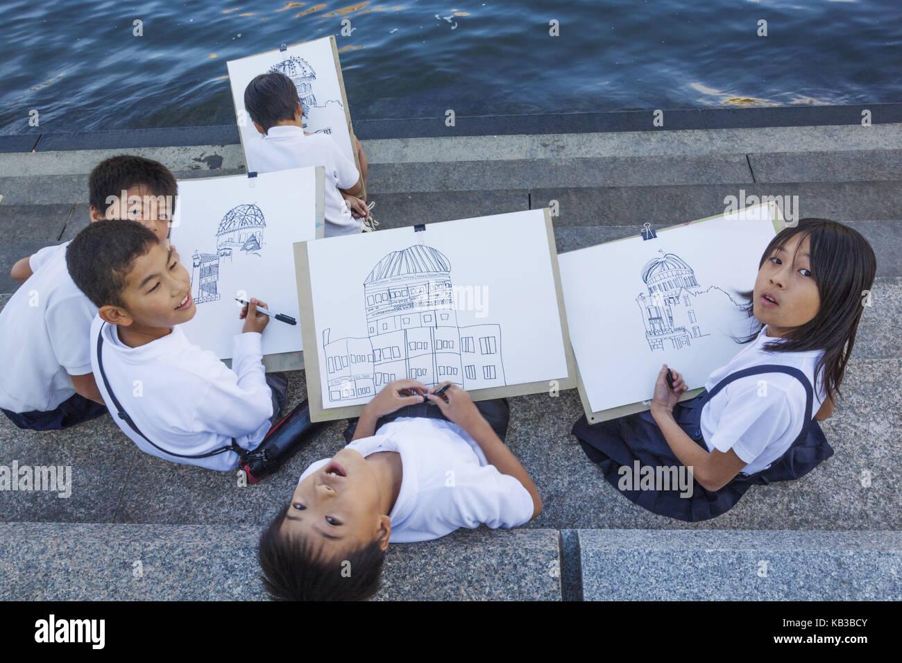 Japón, Kyushu, Hiroshima, el parque de la paz, el colegial pintar la bomba atómica dome, Imagen De Stock