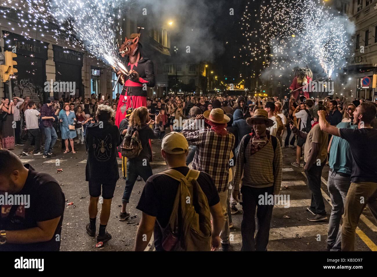 Correfocs están entre las más llamativas características presentes en festivales catalán. En el correfoc, un grupo Foto de stock