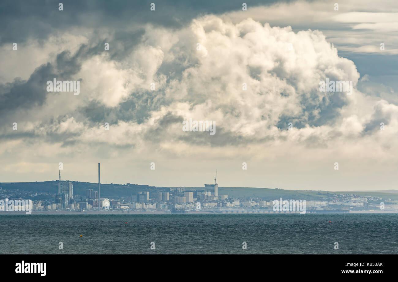 Gestando el desarrollo de nubes de tormenta sobre el mar, en la costa sur, en el Reino Unido. Imagen De Stock