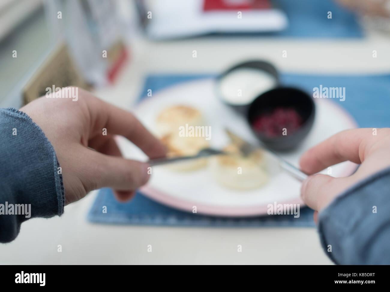 Tortitas de queso cottage. Federación syrniki con mermelada de arándanos y yogurt, el enfoque selectivo Foto de stock