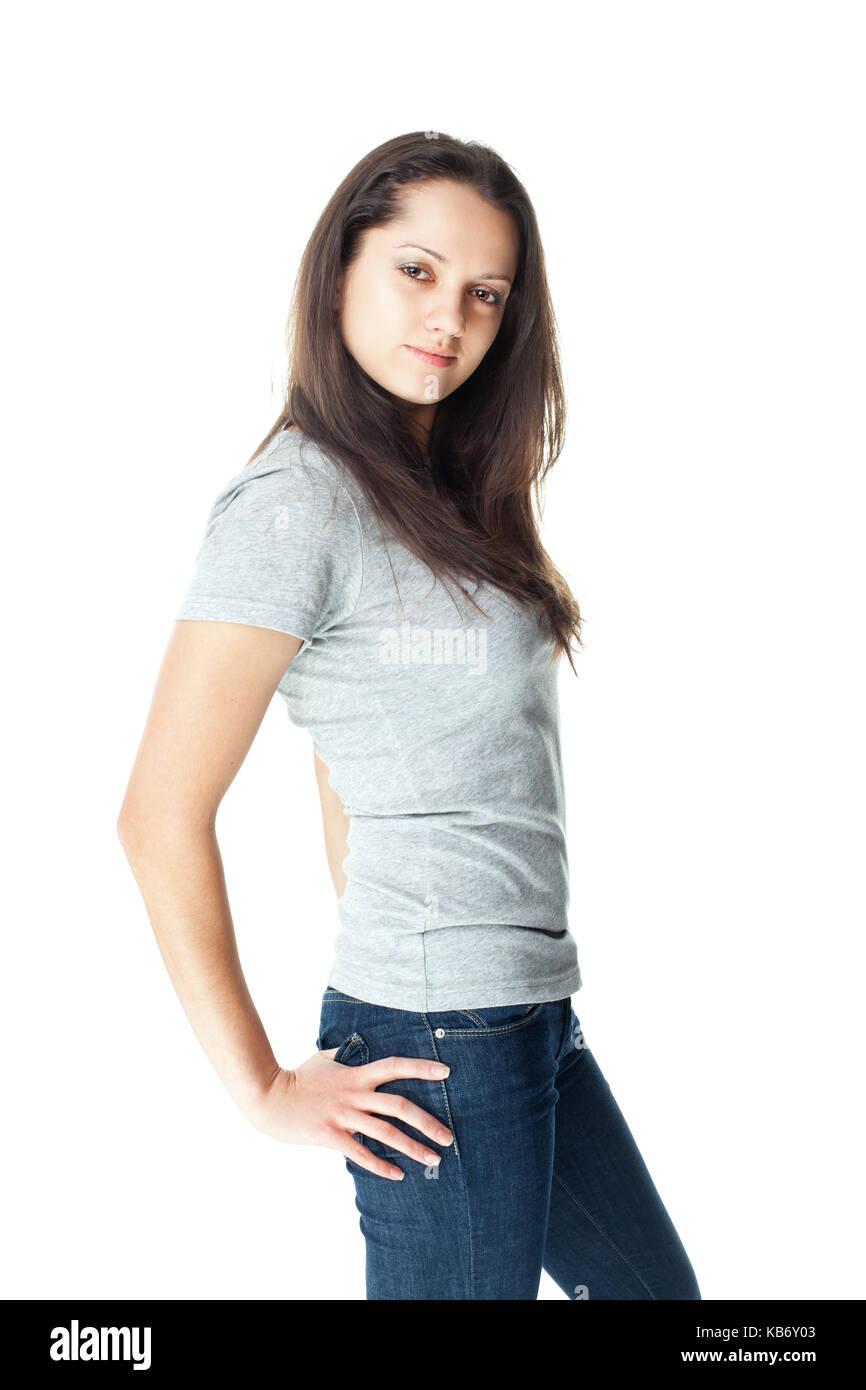 63f617d572 Retrato de bastante joven morenita mujer vistiendo pantalones de mezclilla  y camiseta gris aislado sobre fondo blanco.