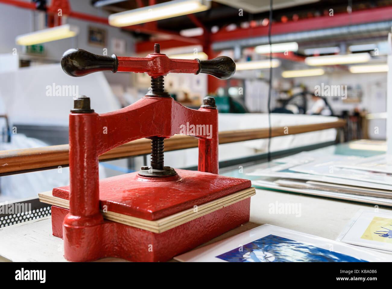 Imprenta accionada manualmente en un taller de la impresora. Foto de stock