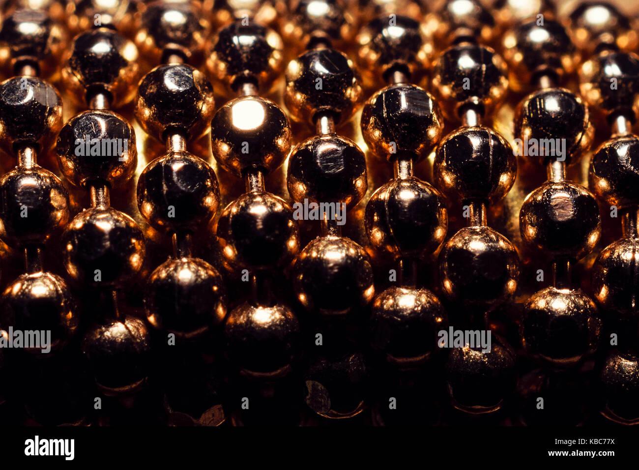 Extreme close-up de bolas de oro de pulsera Foto de stock