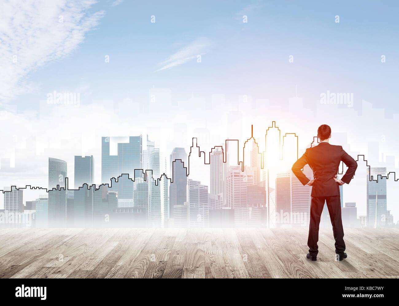 Concepto de motivación e inspiración, moderna ciudad y empresario observarlo Foto de stock