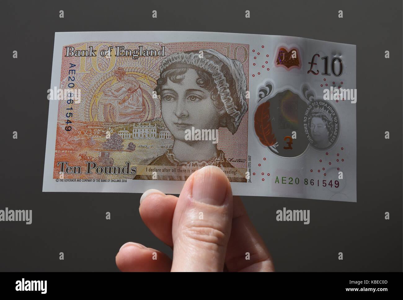 Cerca de altos dama que sostiene la nueva nota de diez libras esterlinas de polímero con Jane Austen Imagen De Stock