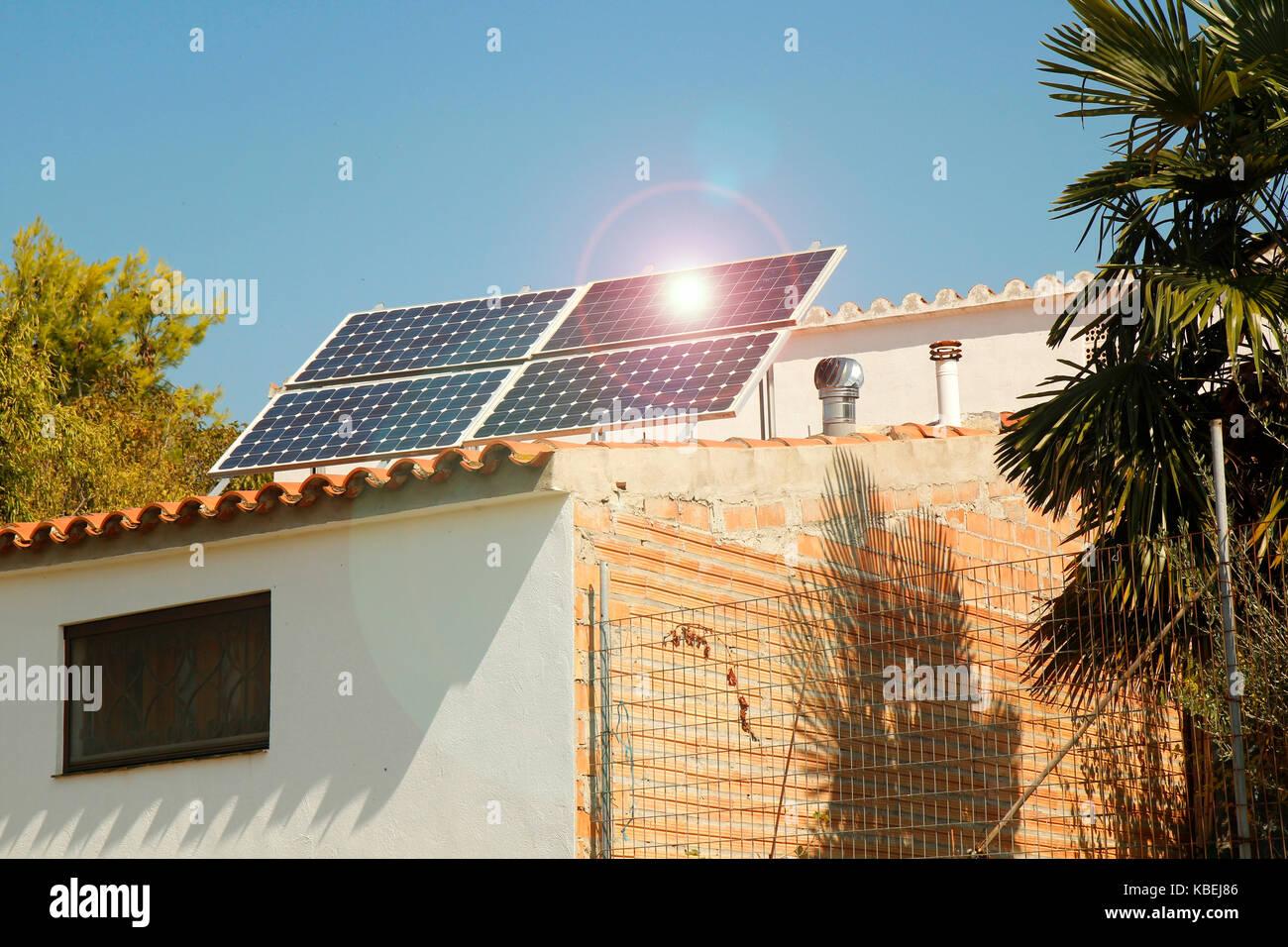 Paneles solares en el techo. Casa rural en penelles, Lleida, Cataluña, España. Imagen De Stock