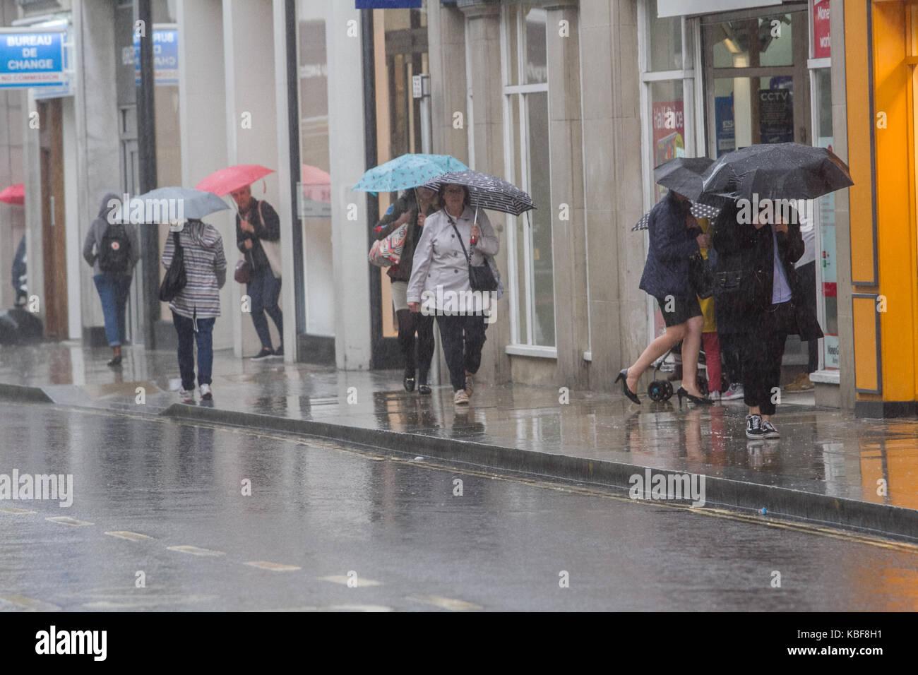 Richmond, Londres, Reino Unido. 29 sep, 2017. Los peatones y los compradores en el centro de la ciudad de Richmond están atrapados en fuertes lluvias torrenciales crédito: amer ghazzal/alamy live news Foto de stock