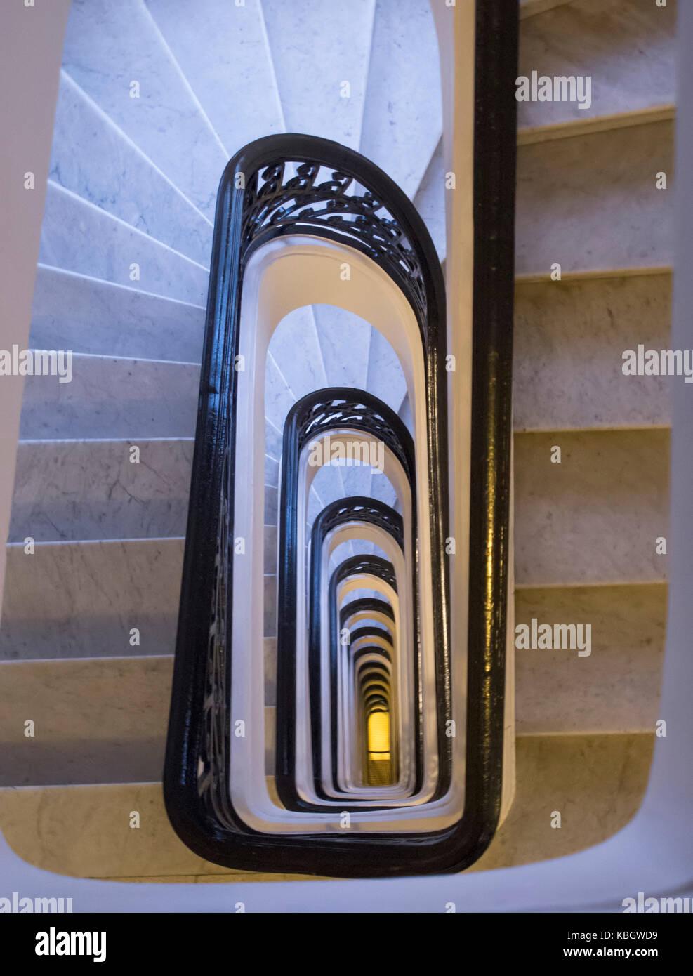 Concepto abstracto y vintage. vista desde arriba de las escaleras en espiral y bannister Imagen De Stock