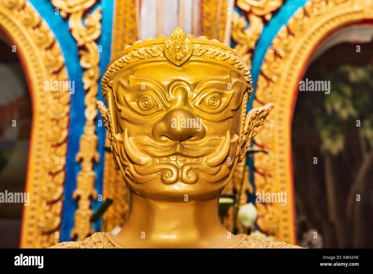 Phuket, Tailandia, el 4 de julio de 2017 : una estatua dorada ubicado en el interior del templo de Wat Chalong también Foto de stock