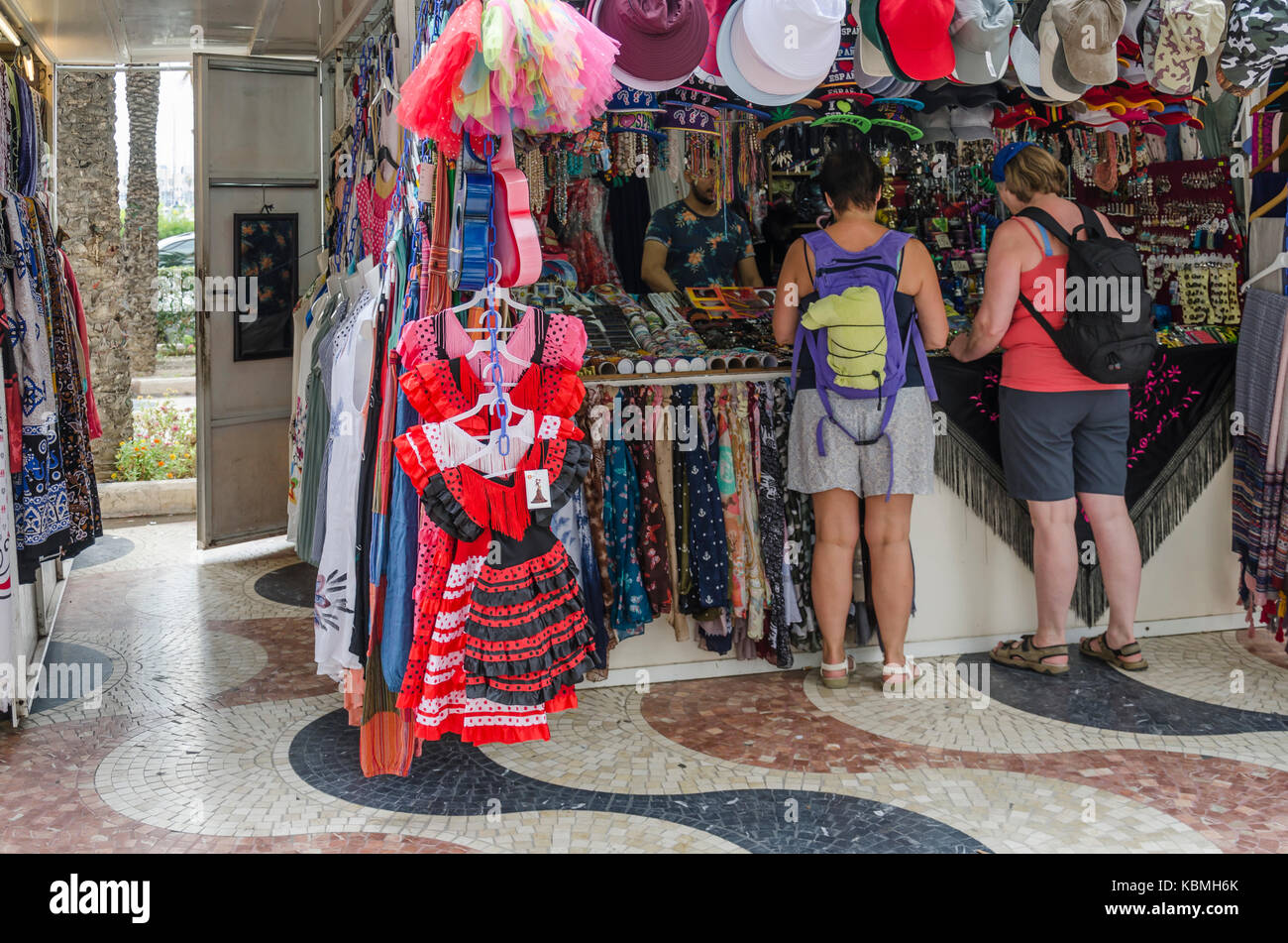 aaf8571f37ea Una vista de la explanada Avenue, con una tienda de recuerdos en la ciudad  de Alicante, España