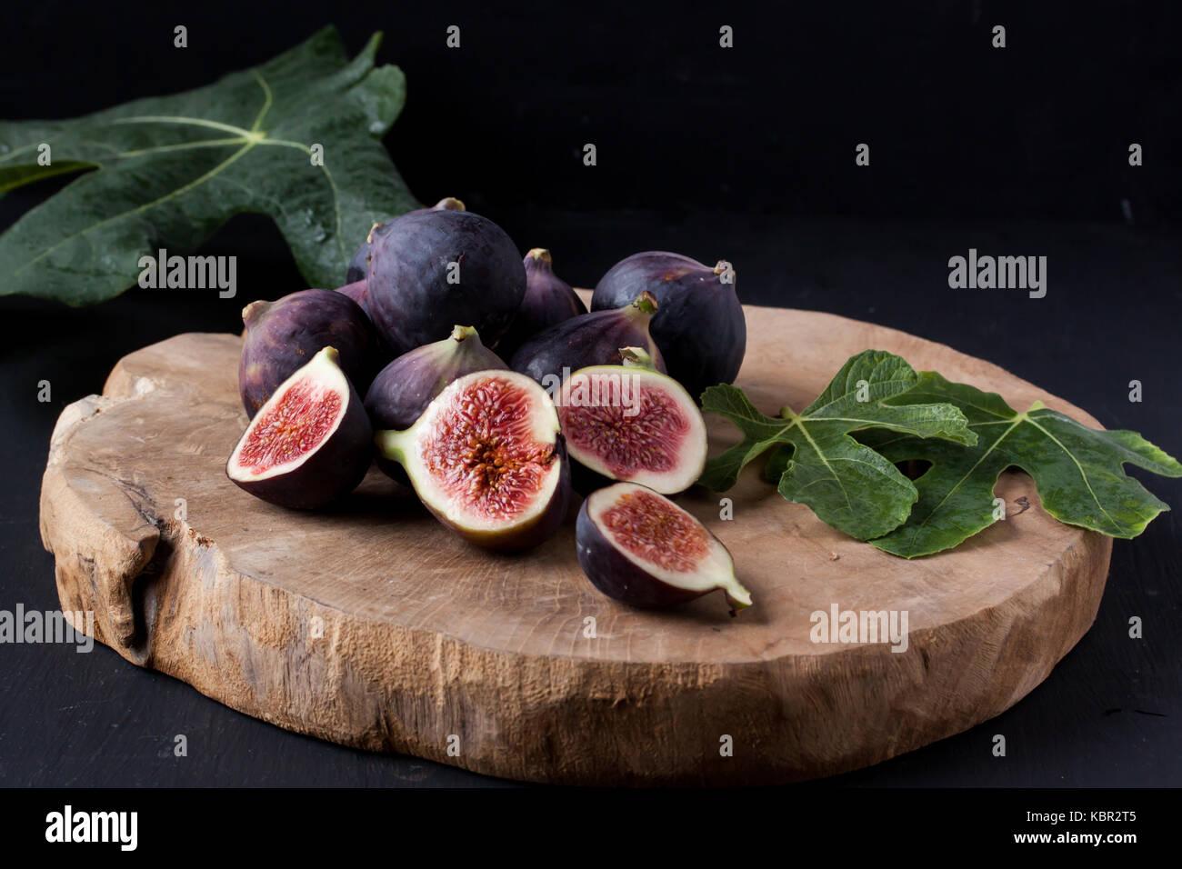 Los higos sobre una placa de madera Imagen De Stock