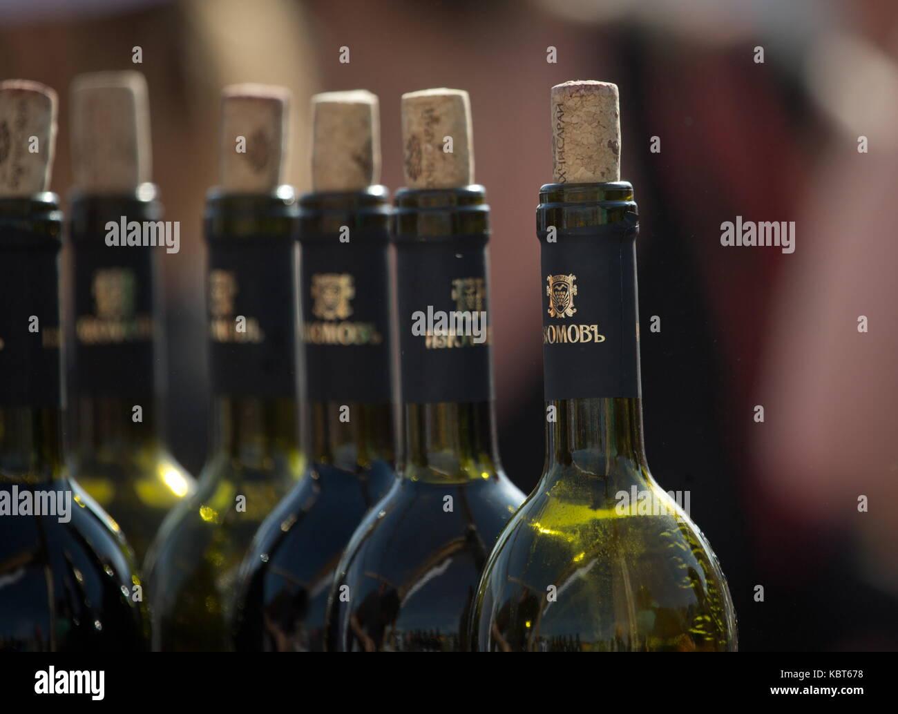 Crimea, Rusia. 30 sep, 2017. las botellas de vino en el winefest la recolección de la uva y la elaboración del vino en el festival de zolotaya balka bodega en la ciudad de balaklava. Crédito: Sergei malgavko/tass/alamy live news Foto de stock