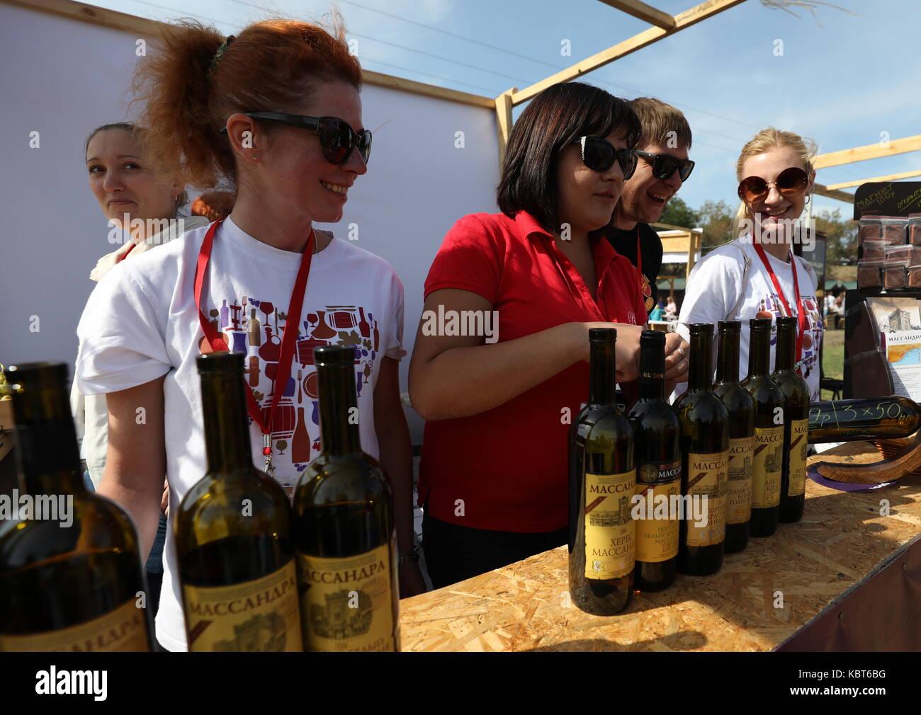 Crimea, Rusia. 30 sep, 2017. personas asistan a la winefest la recolección de la uva y la elaboración del vino en el festival de zolotaya balka bodega en la ciudad de balaklava. Crédito: Sergei malgavko/tass/alamy live news Foto de stock