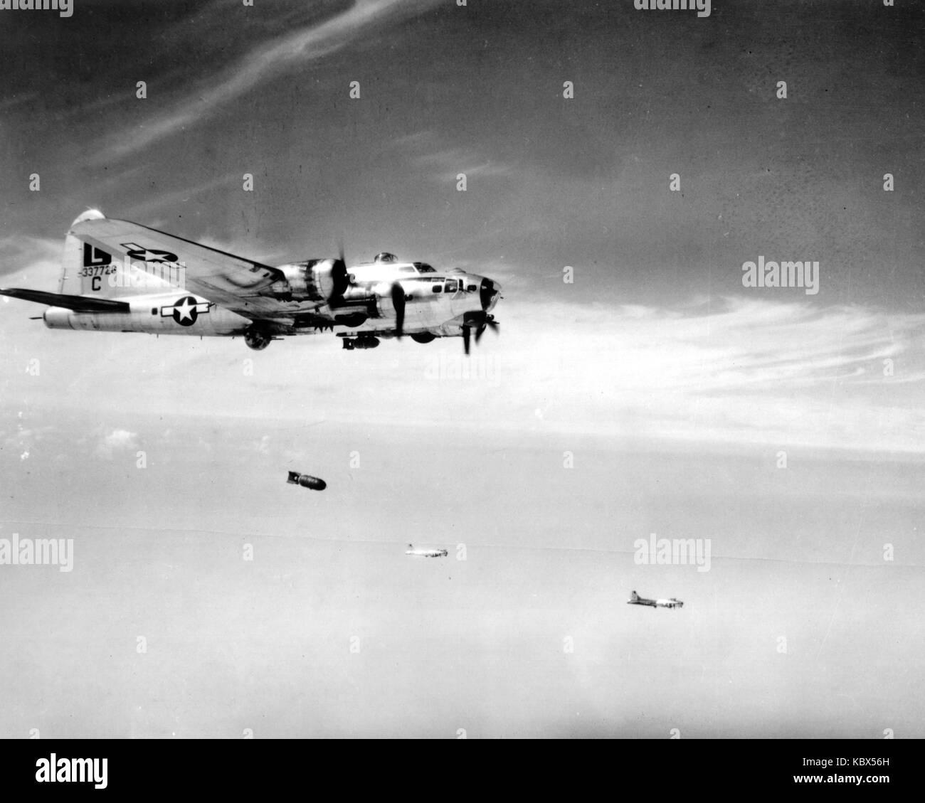 Boeing B-17 Flying Fortress avión bombardero americano en acción durante la II Guerra Mundial Foto de stock