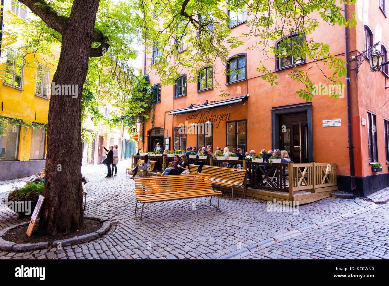 La pequeña plaza pública Brända Tomten, en Gamla Stan, Estocolmo, Suecia Imagen De Stock