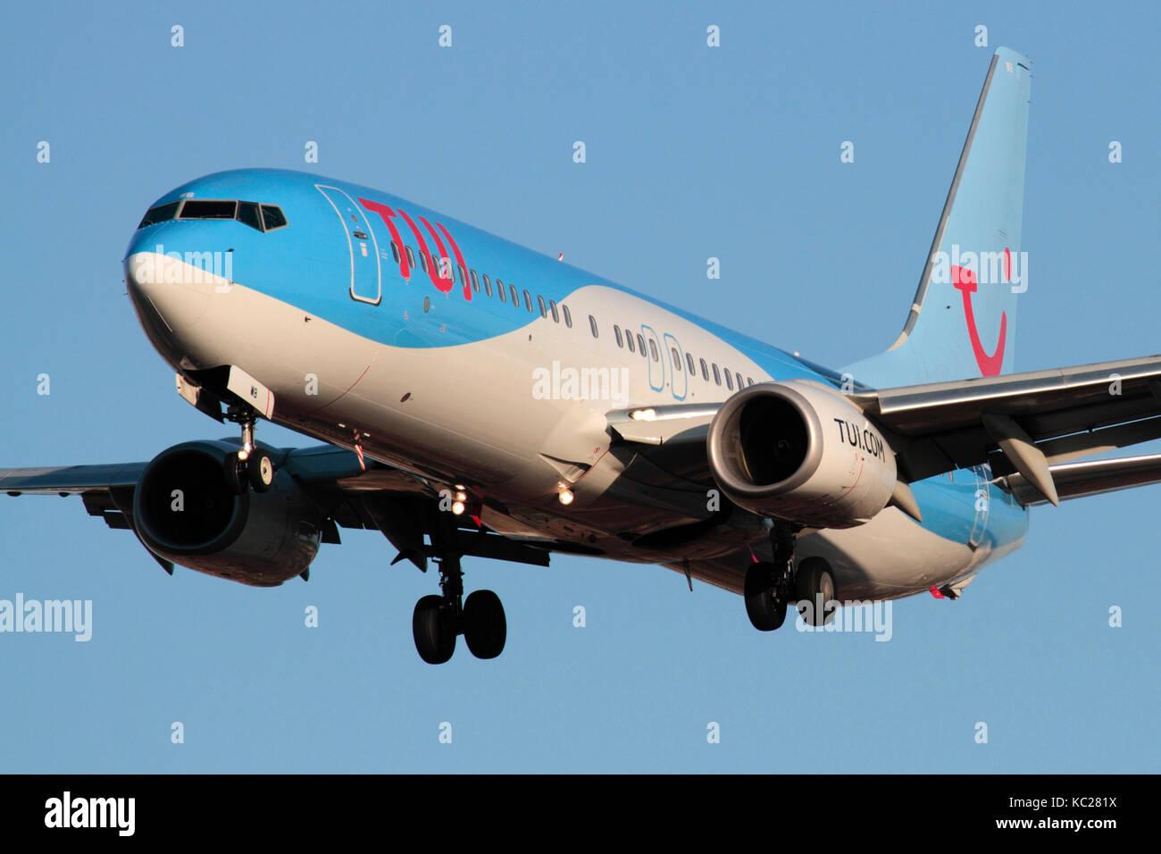Viajes aéreos modernos. TUI Airlines (anteriormente Thomson Airways) avión Boeing 737-800 en el enfoque. Vista frontal Closeup. Foto de stock