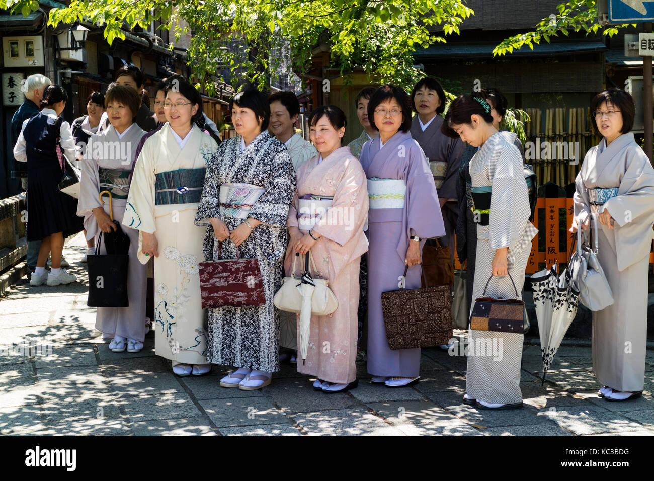Kyoto, Japón - Mayo 18, 2017: grupo de mujeres en kimono en un viaje en Kioto están posando para una foto Imagen De Stock