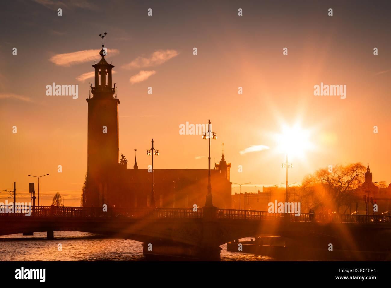 Puesta de sol sobre el stadhaus, Estocolmo, Suecia Foto de stock