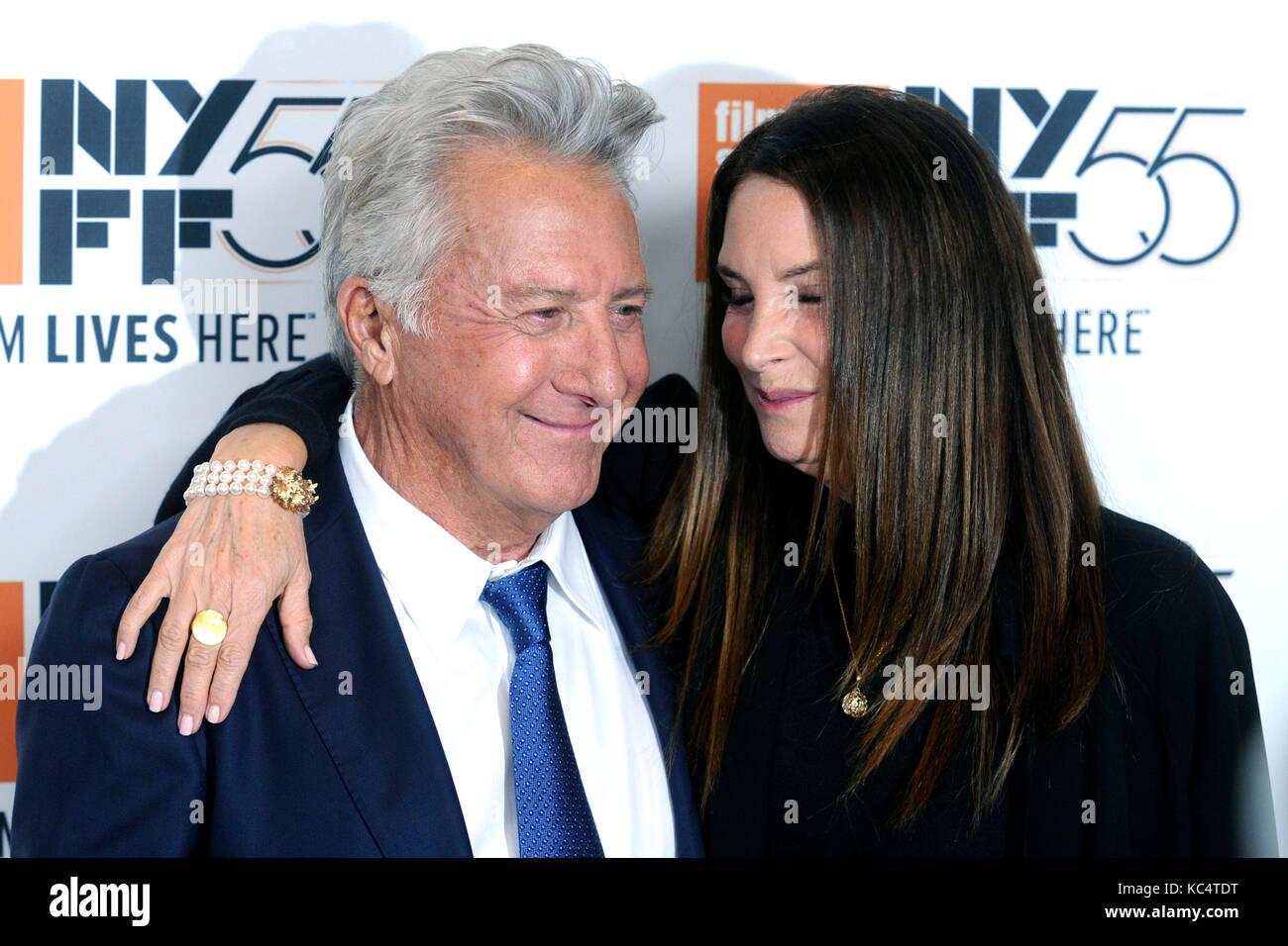 Dustin Hoffman y su esposa lisa asisten a 'Las historias de meyerowitz' estreno durante el 55º Festival Imagen De Stock