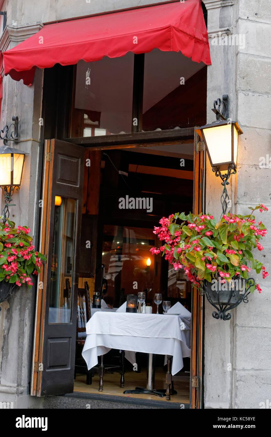 Mesa romántica para dos en la ventana abierta de un restaurante en el casco antiguo de Montreal, Quebec, Canadá Imagen De Stock