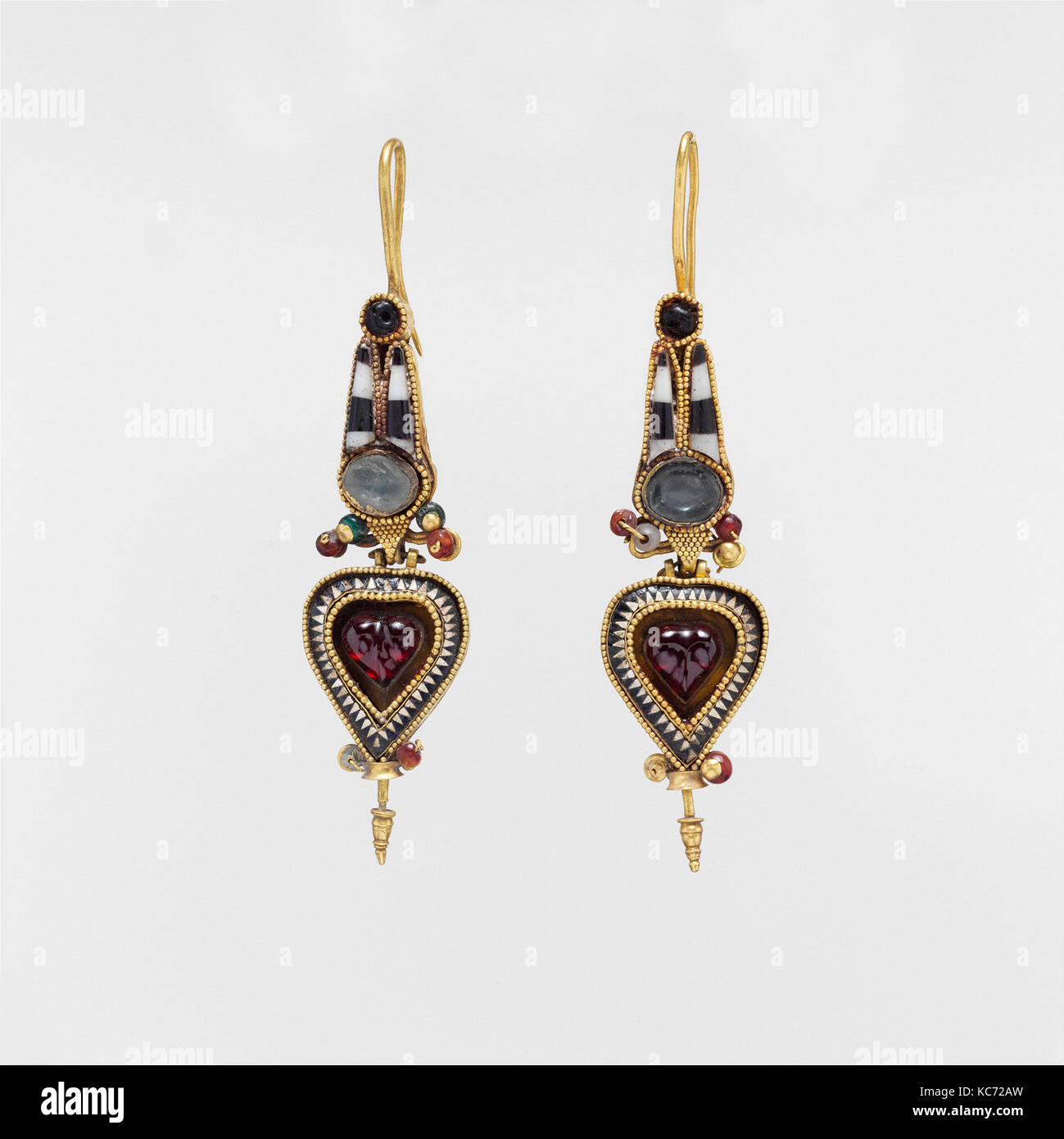 70b8bc1fff00 Par de aretes de oro con un egipcio Atef corona con piedras y cristal