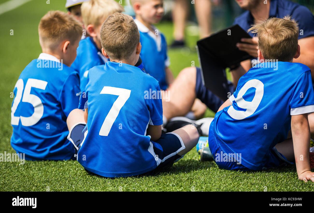 El Entrenador Del Equipo De Fútbol De Niños Está Dando Juego
