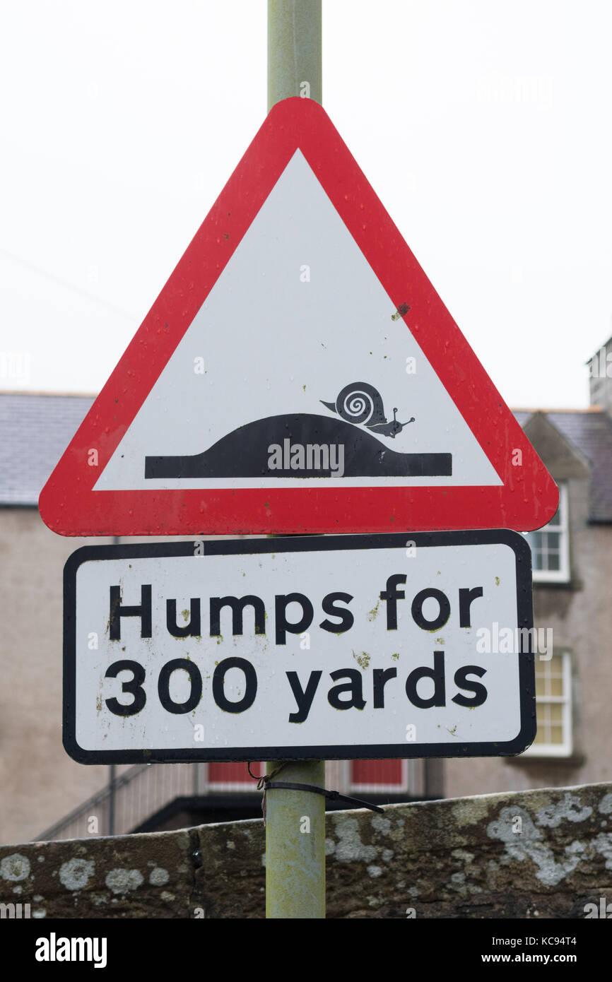 Señal de carretera humorístico - jorobas para 300 yardas con caracoles - lerwick, Islas Shetland (Escocia, Imagen De Stock