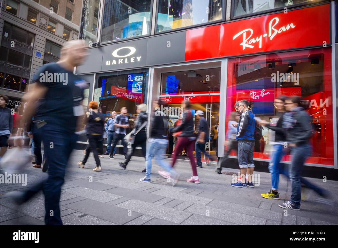 Luxottica marcas oakley y ray-ban comparten una tienda en Times Square en Nueva  York f8670e2747f20