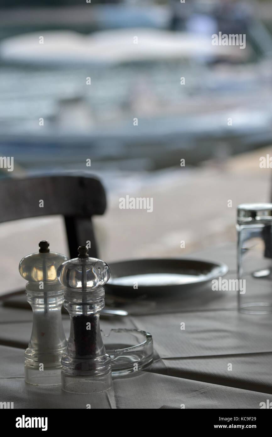 Un Juego De Mesa Para Uno En Una Taberna Griega Con Sal Pimienta Y