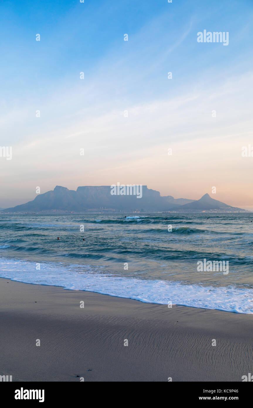 Vistas de Table Mountain desde bloubergstrand, Ciudad del Cabo, Western Cape, Sudáfrica Imagen De Stock
