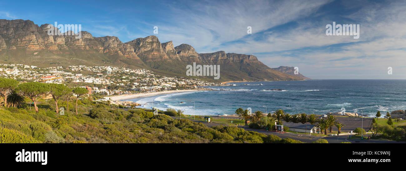 Vista de Camps Bay, Ciudad del Cabo, Western Cape, Sudáfrica Imagen De Stock
