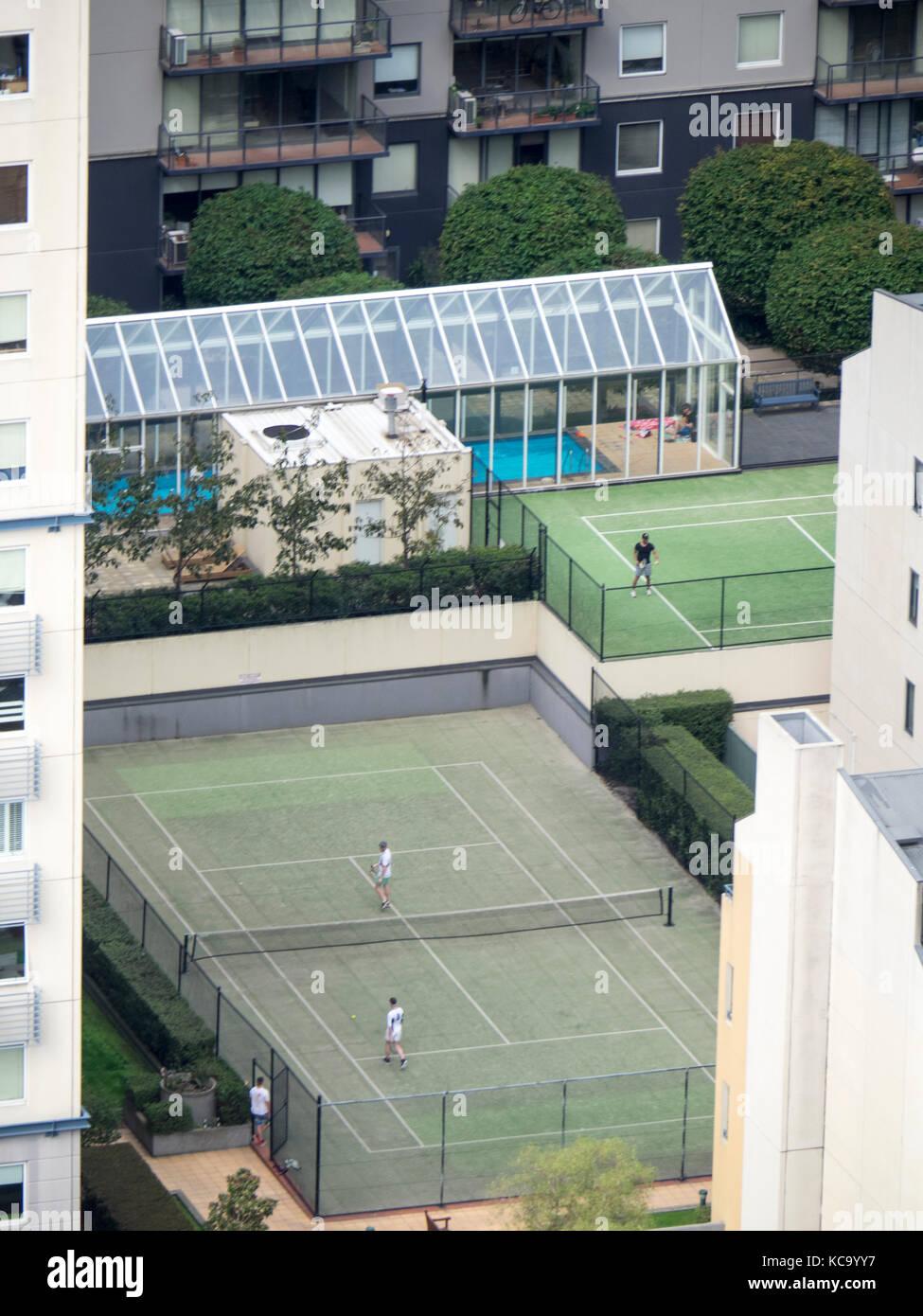 Dos pistas de tenis situadas en desarrollos de vivienda de gran altura central en el centro de Melbourne, Victoria, Imagen De Stock