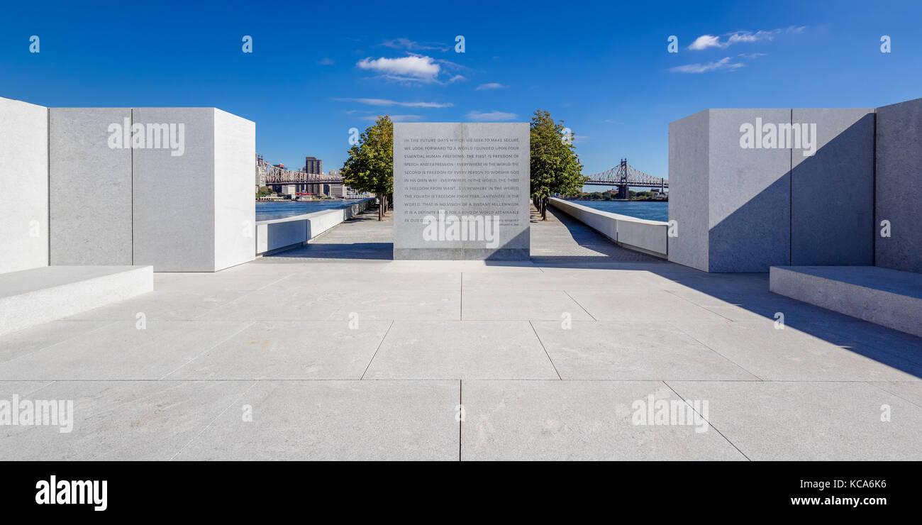 Franklin D. Rosevelt Cuatro Libertades Parque con monumento de piedra e inscripción. Roosevelt Island, Ciudad Imagen De Stock