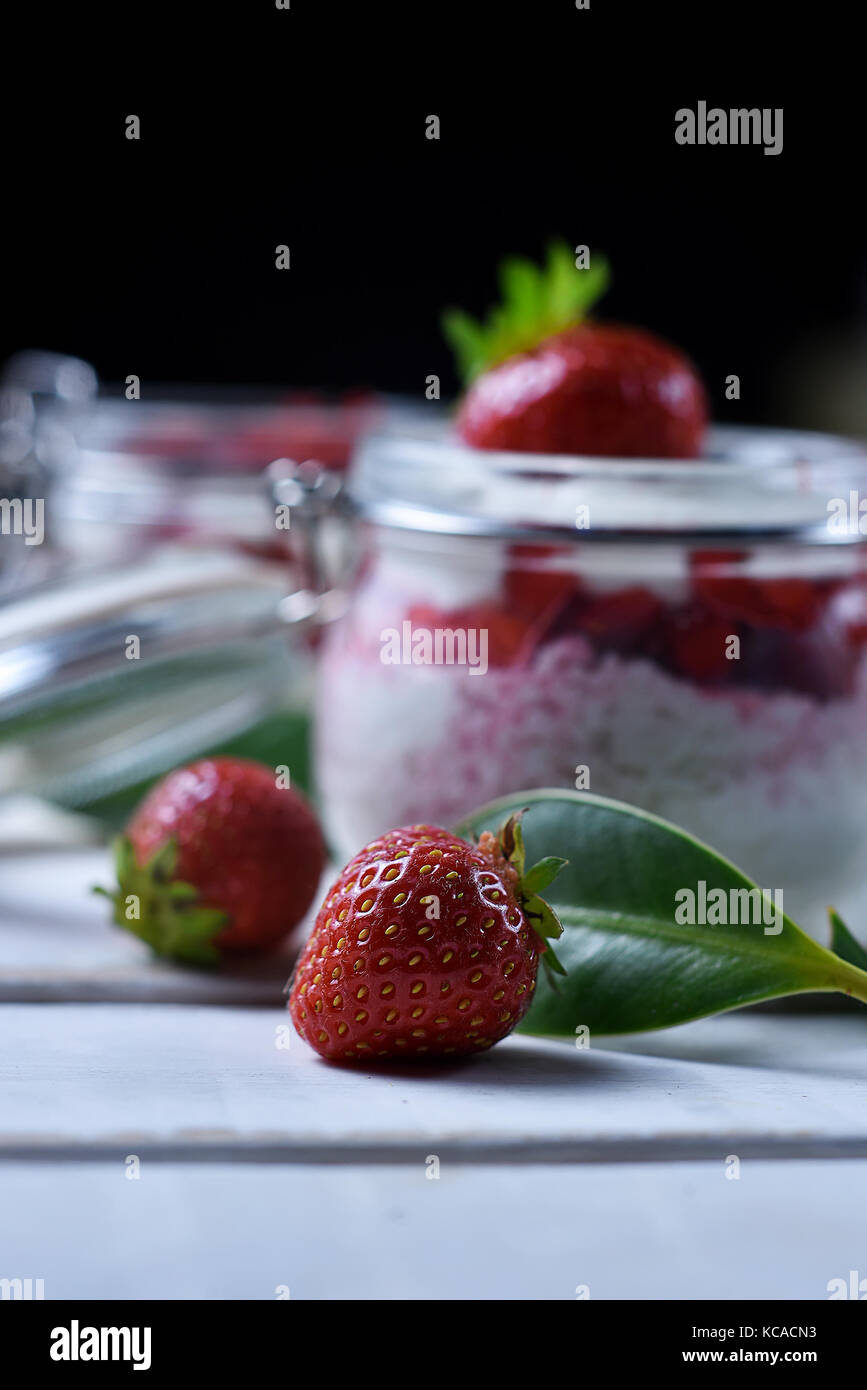 Postre de fresa en la mesa Imagen De Stock