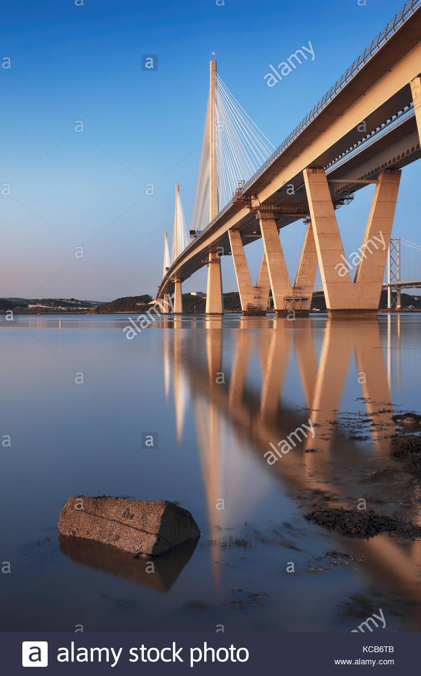 Reflexiones de la nueva Queensferry cruzando el puente sobre el Firth of Forth Foto de stock