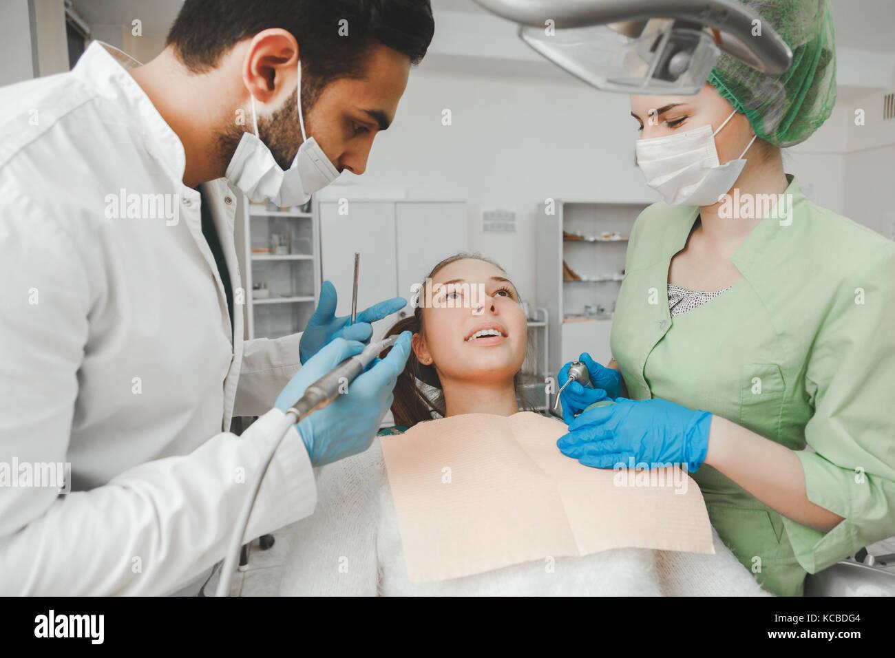 Hermosa joven sobre la salud de la boca por un dentista. Imagen De Stock