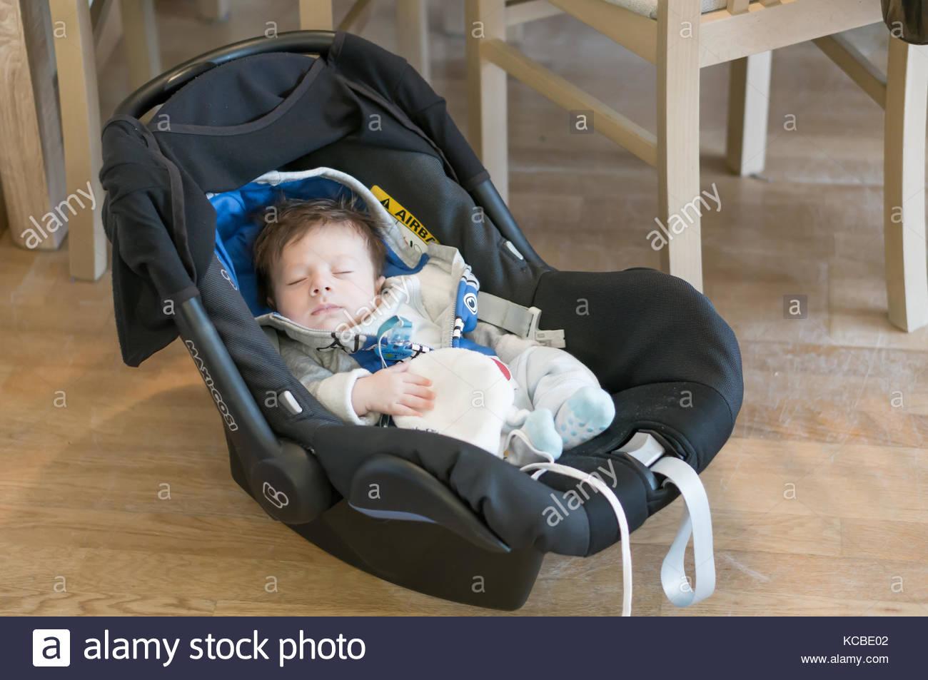 4b73408ab Bebé recién nacido muchacho sentado en un asiento de coche Maxi Cosi en  septiembre de 2017 en Poznan