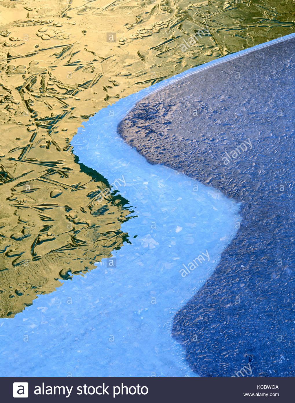 Tres capas de hielo patrones en el río Merced, El Parque Nacional Yosemite, California Imagen De Stock