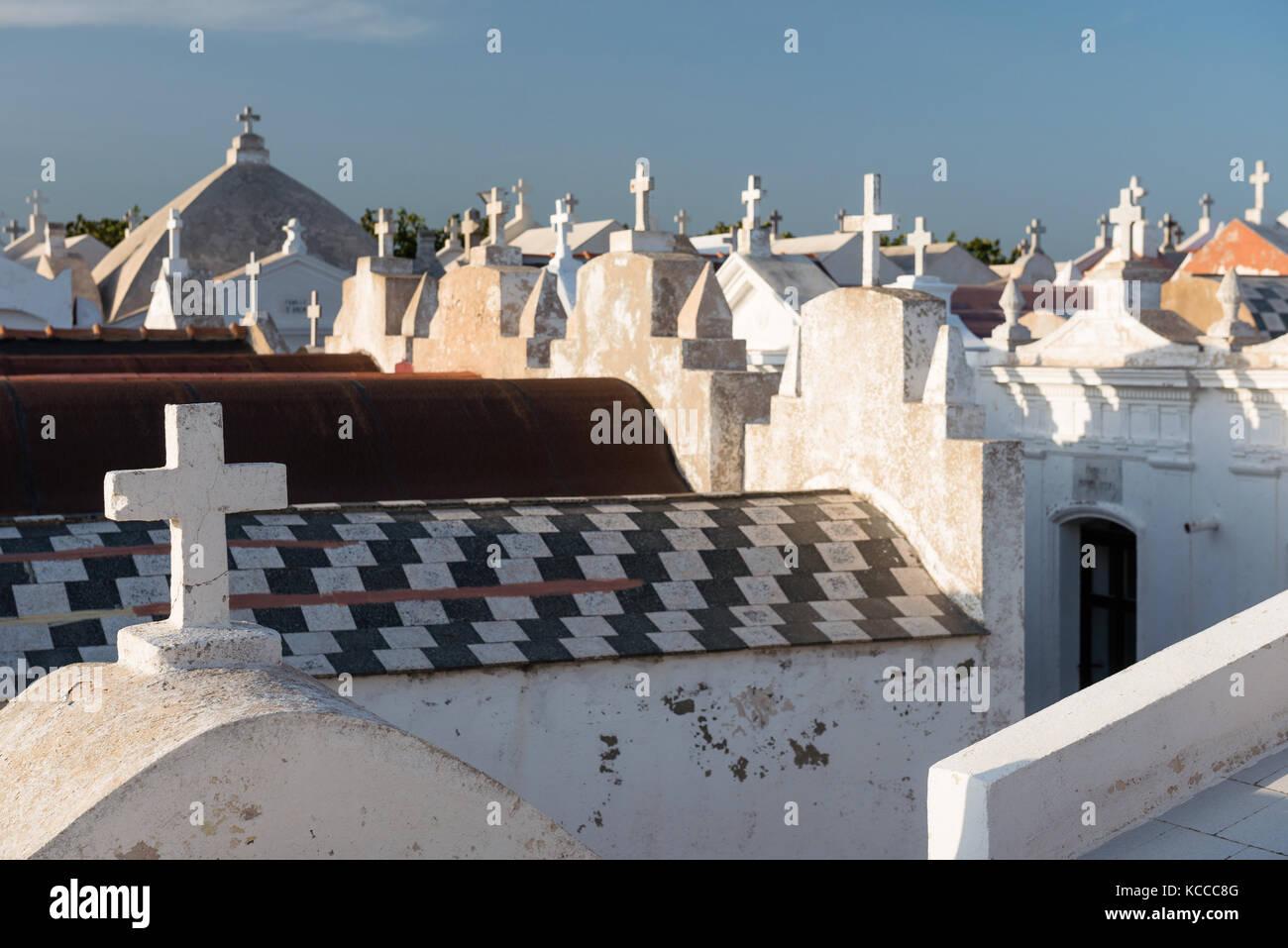 Los cruces de cementerio marino en Bonifacio, Córcega, Francia Foto de stock